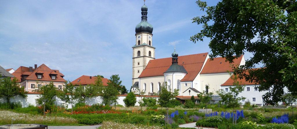 klostergarten-im-juni-pater-valentin.jpg